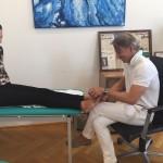 Dr. Leidolf bei der Behandlung von Hallux Valgus